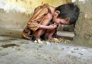 niño pobre con hambre