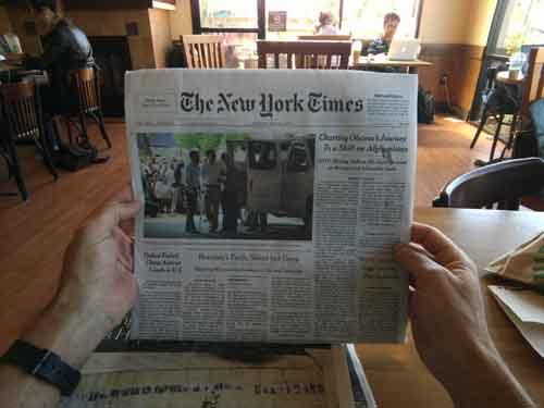 Google gafas, leyendo un periódico