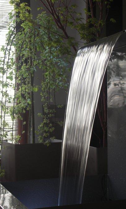 Fuente de agua gris